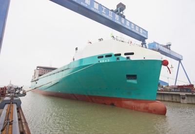 南京金陵船厂首制1.2万吨滚装船出坞