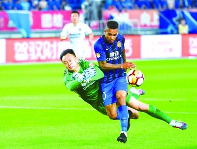 江苏苏宁5比1击败申花 近4轮比赛3胜1平