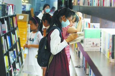 暑期书店迎来学生潮